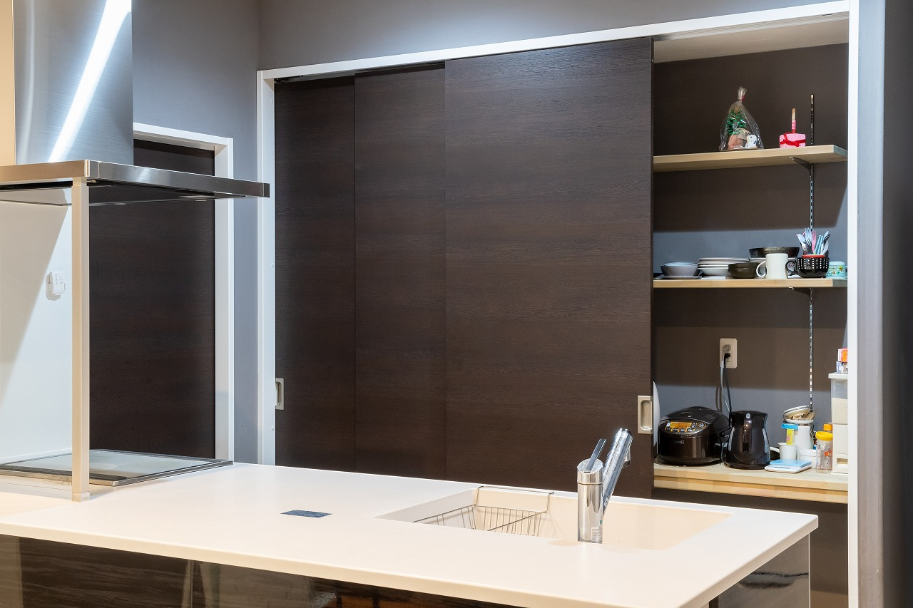 3枚扉の食器棚