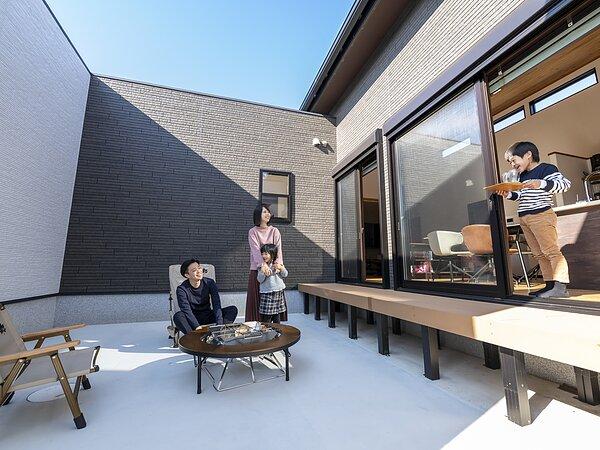 勾配天井をいかして 平屋とは思えない大空間の画像